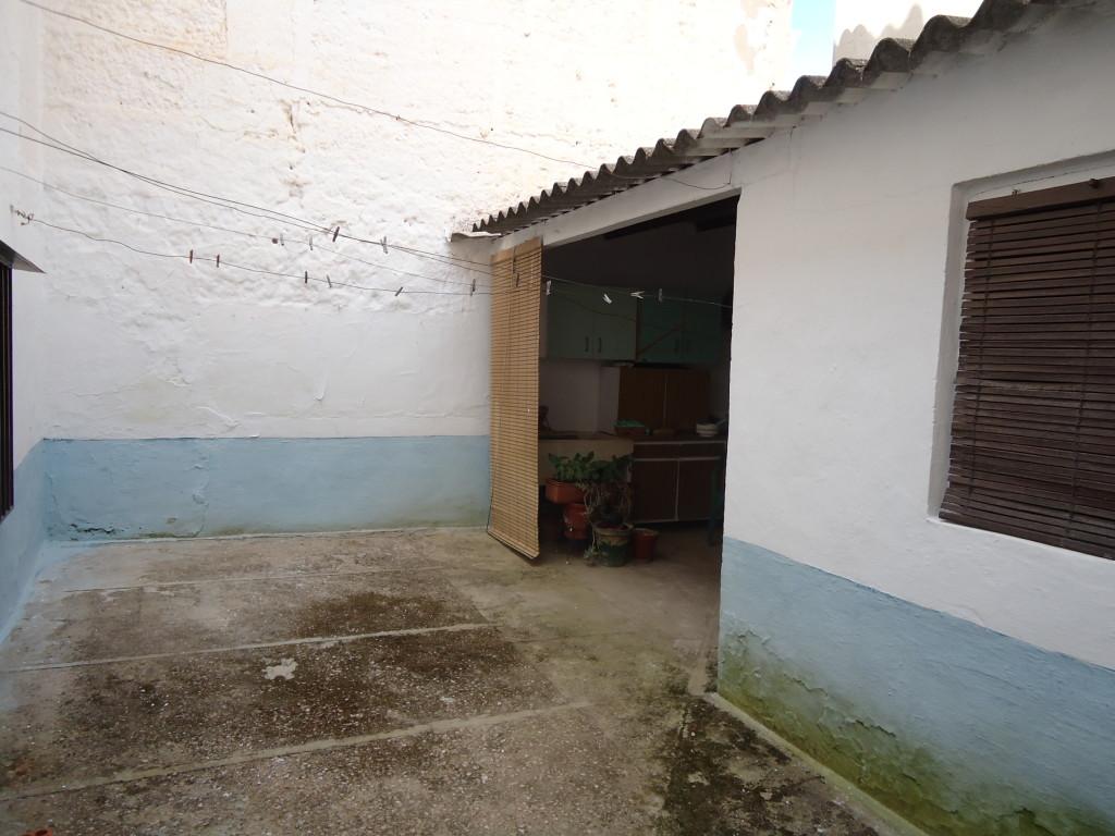 SE VENDE CASA DE PUEBLO EN BUENA ZONA